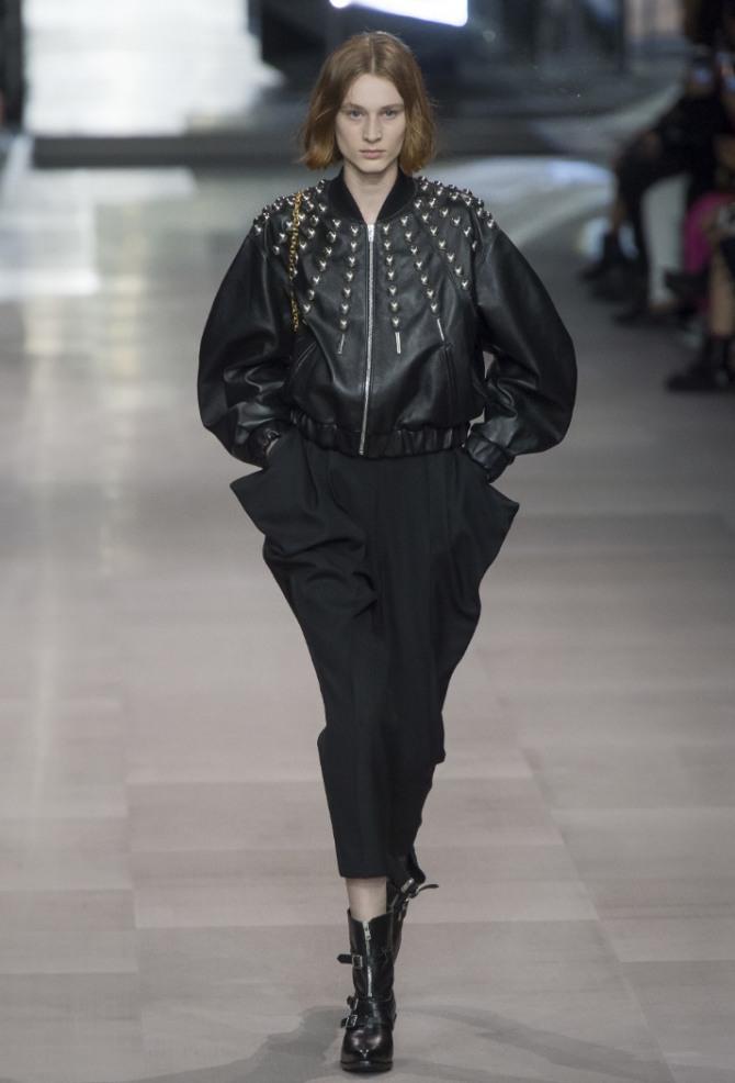 черная кожаная модель женской модной куртки с широкими рукавами и металлическим декором