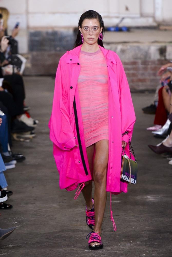 парка малинового яркого оттенка - весенние тенденции в курточной моде 2019 для молодежи