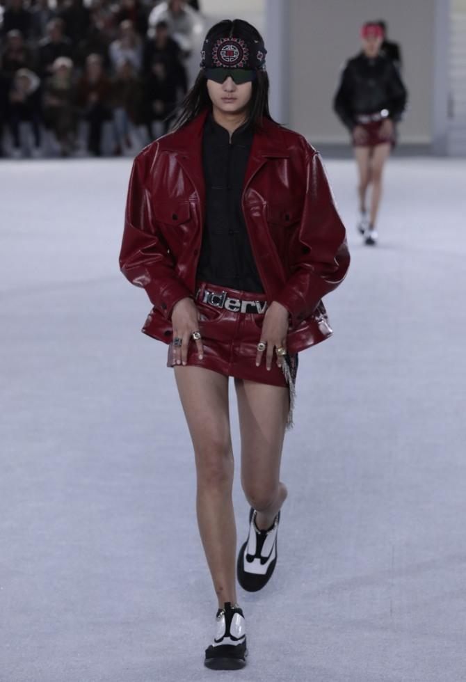 темно-красная дамская куртка из лаковой кожи от Alexander Wang