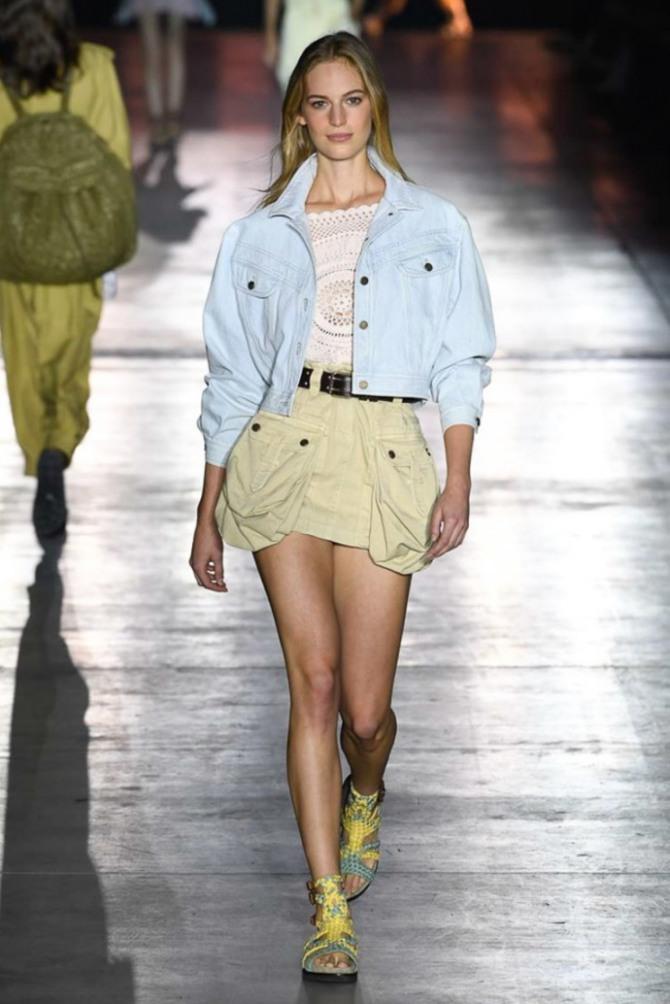 короткая джинсовая куртка со светлой юбкой