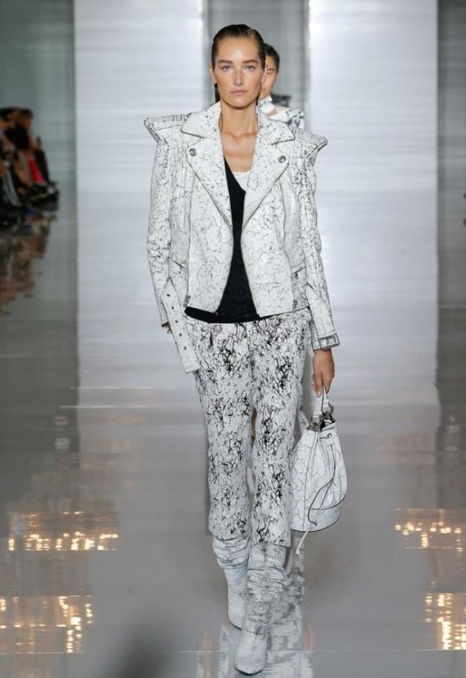 светлая женская куртка с остроконечными плечами