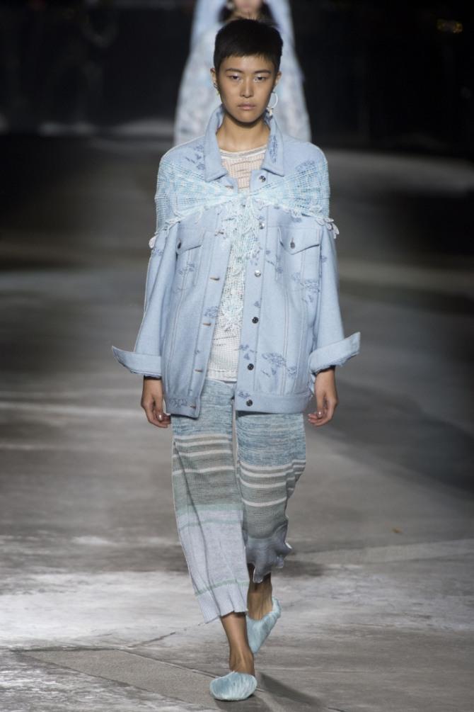 свободная джинсовая куртка ниже бедра голубого цвета, декорированного платком