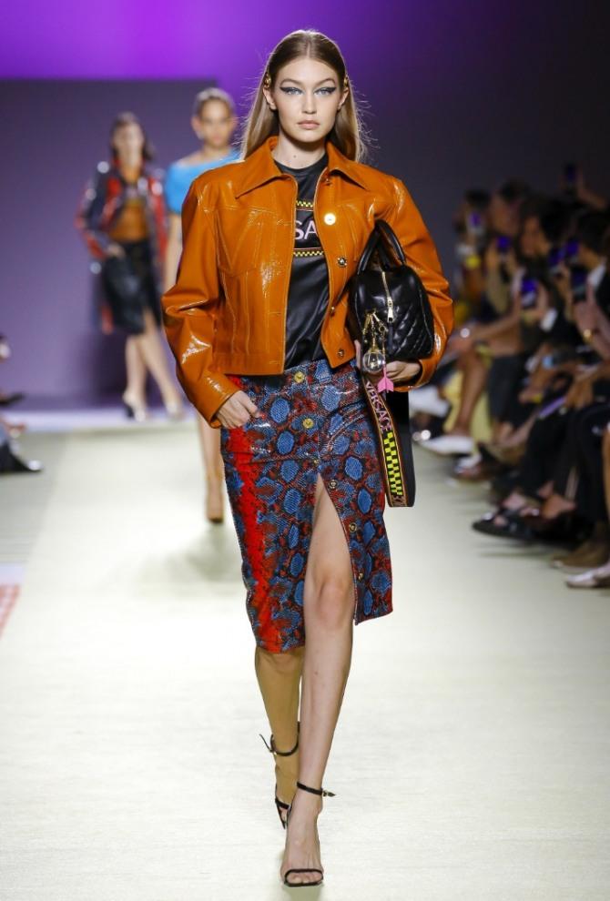 куртка из рыжей кожи до пояса от бренда Версачи
