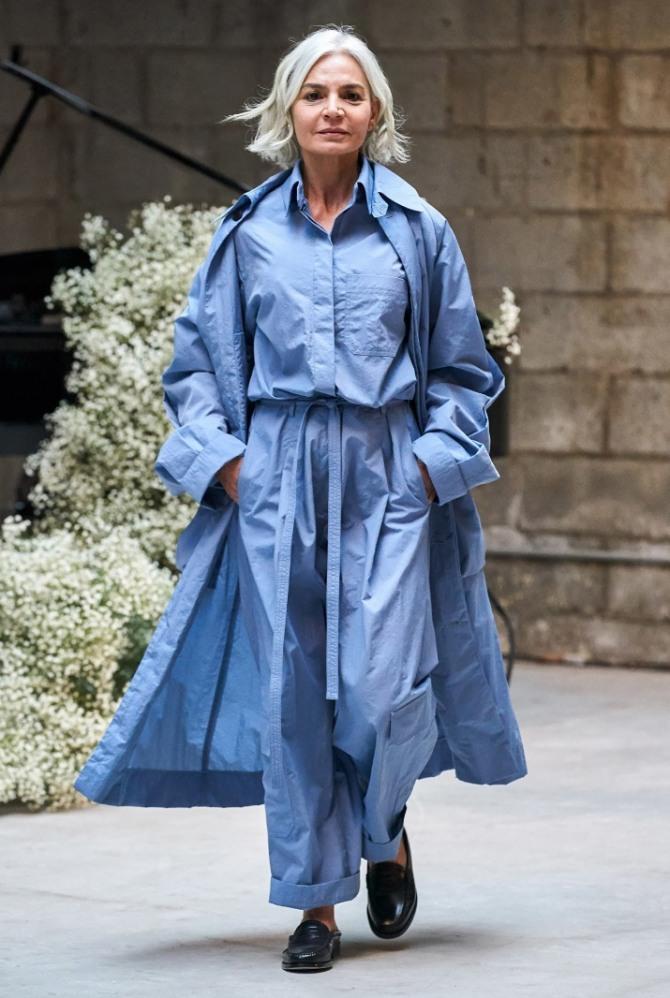 тотал лук для пожилых 2020 года - дама за 60 в голубом плаще, голубых брюках, голубой блузке