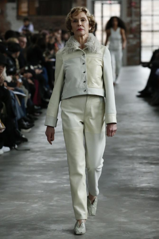 светлый брючный костюм с меховым воротником - уличная мода для пожилых женщин