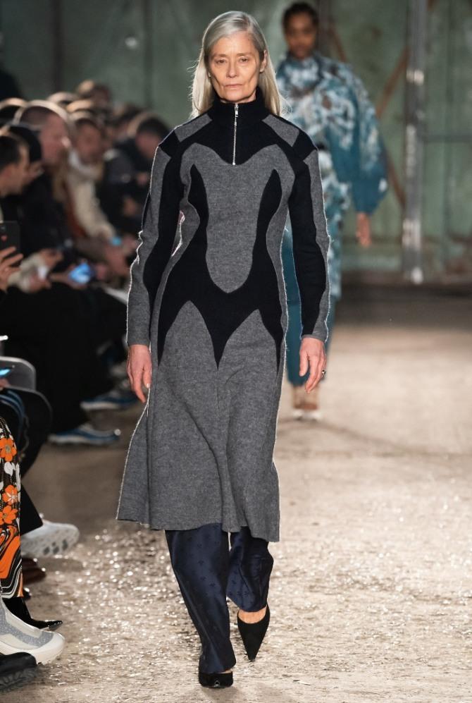 трикотажное черно-серое платье поверх брюк для женщины 70 лет - мода для пожилых с подиумов на 2020 год