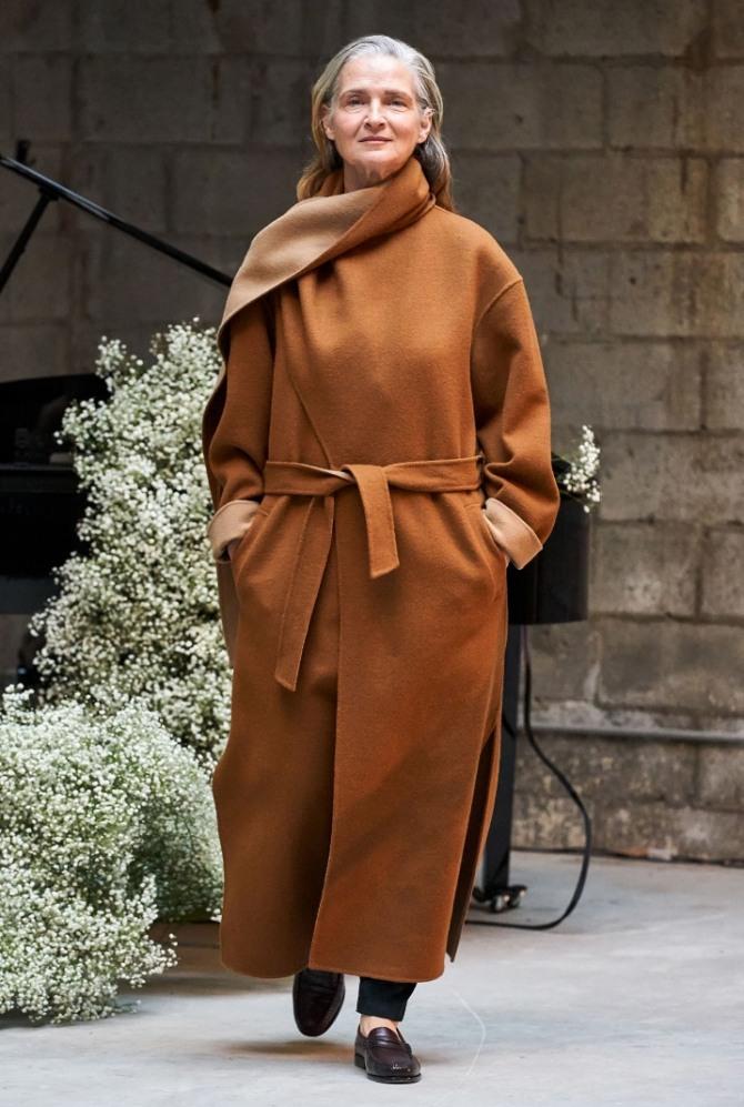 пожилая леди в модном коричневом пальто 2020 года