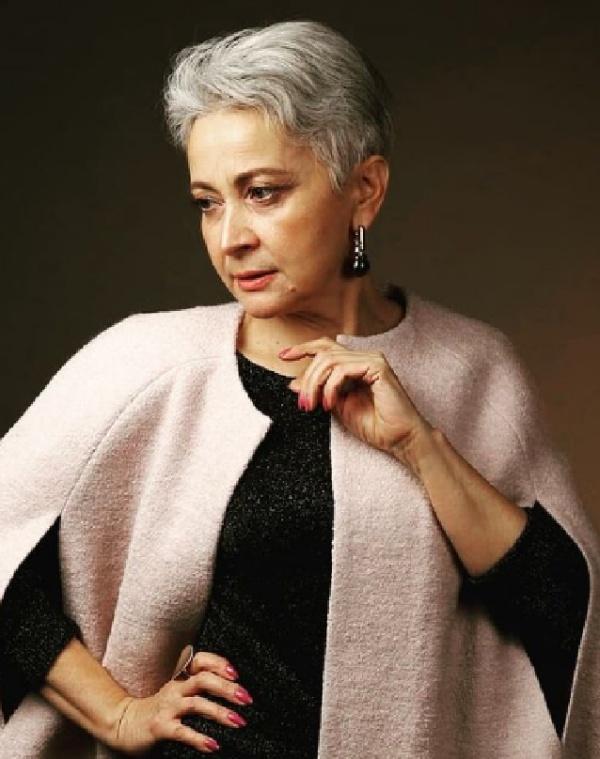 элегантная женщина за 60 с короткой стрижкой на седых волосах - пожилая мода 2021 года