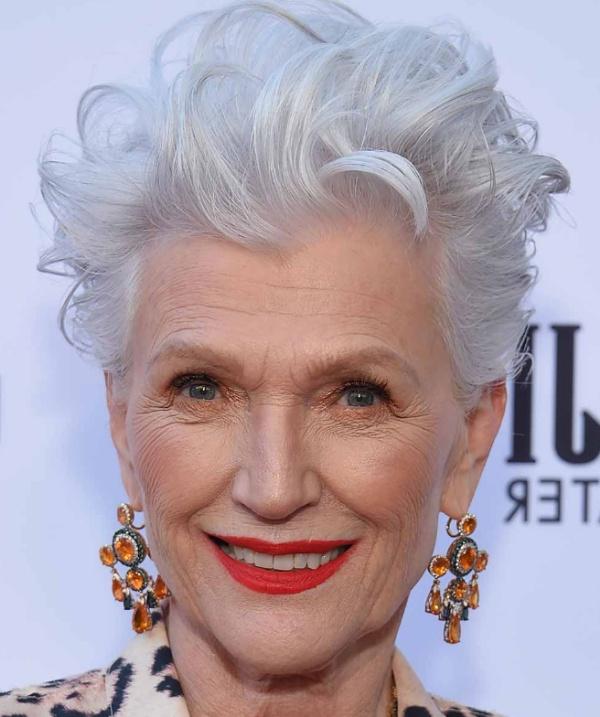 омолаживающая стрижка для пожилых женщин - пикси на белых волосах - модель за 70 лет