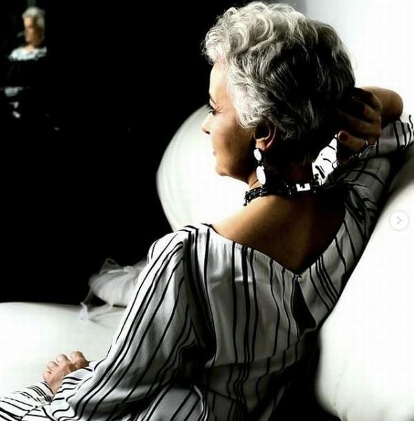 модель Liudmila Akulshina со стрижкой на седых волосах на съемках рекламы