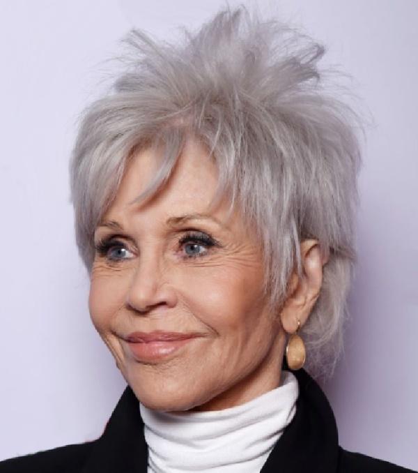 короткая стрижка с рваными прядями на коротких седых волосах для дам 75 лет