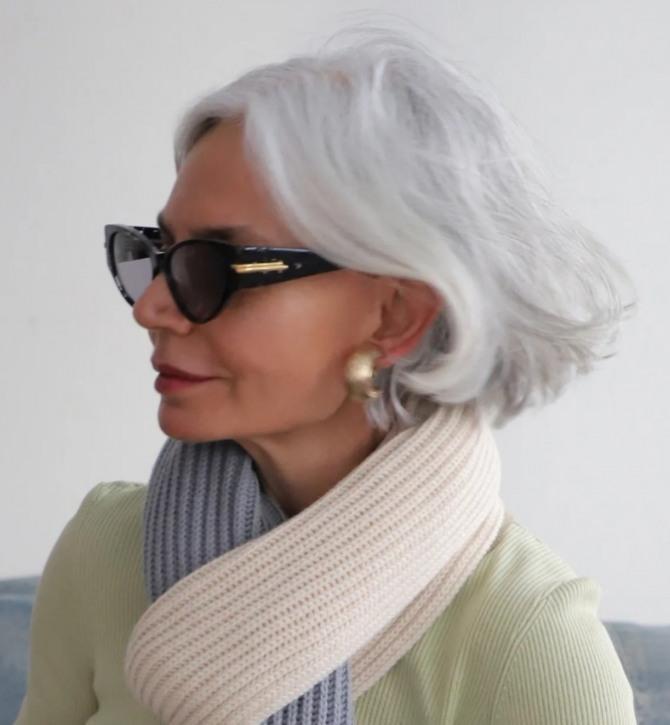 стильный образ женщины в темных очках с прической из седых волос
