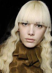 Короткая косая челка фото на средние длинные каре. косая стрижка.
