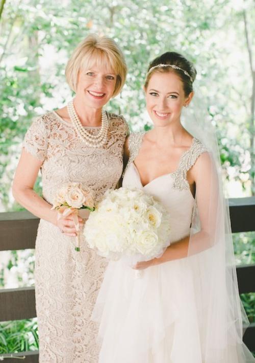 мама невесты в кружевном платье