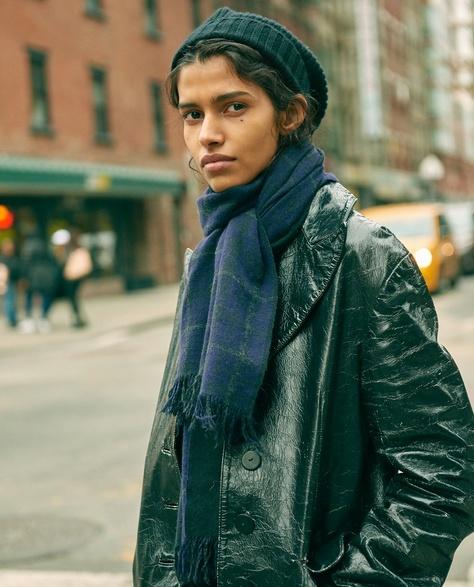 c0ae5241932d Уличная мода Нью-Йорка  модные головные уборы и шарфы сезона Осень-Зима 2016 -2017