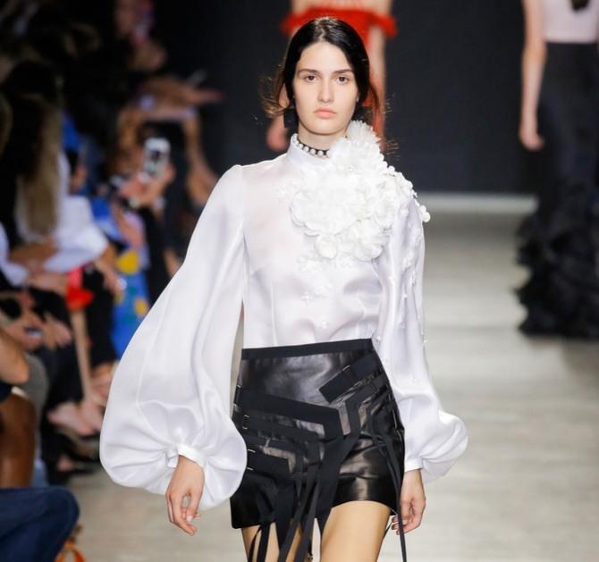 01a69639a3e Шикарная белая нарядная блузка с трехмерными аппликациями и широкими  рукавами.