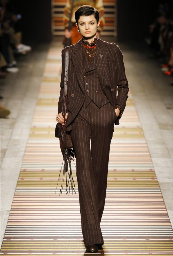 fdf43e7362b для деловых женских костюмов 2019 года заметный тренд - коричневый брючный  костюм в полоску.