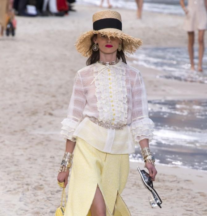 4592df93717 белоснежная блузка от Шанель с воланами и оборками с желтой юбкой
