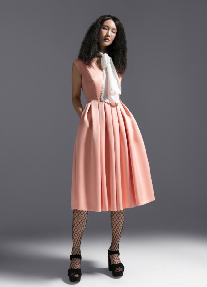 a3cd6395127c00f стильный женский образ для 8 марта - розовое отрезное по талии платье со  складками на юбке