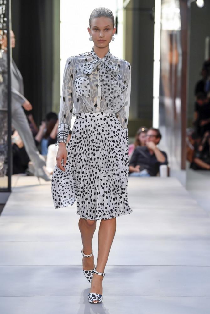 5eef6f9938b светлая юбка и блузка в горох из прозрачной ткани - красивый наряд для  корпоратива 8 марта