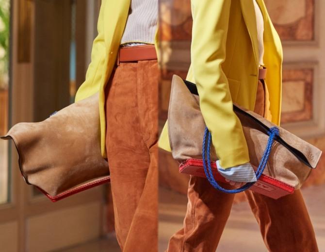 большая замшевая сумка шоппер с поддоном (жесткой подставкой) от бренда Altuzarra - тренды весна-лето 2020