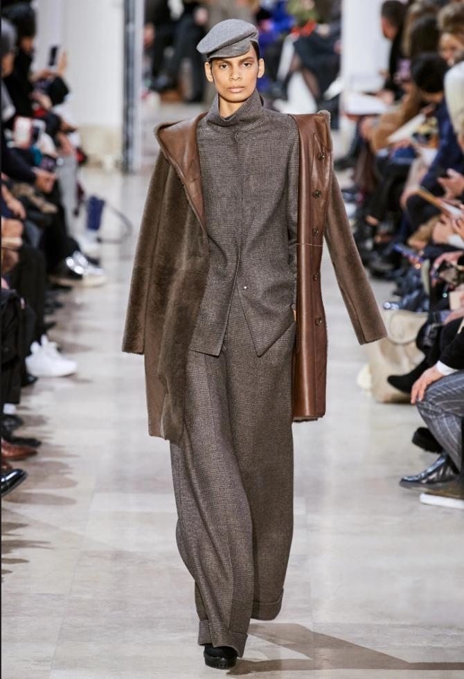 женская мода осень-зима 2020-2021 - искусственные дубленки выше колена коричневого цвета - фото из коллекции Akris