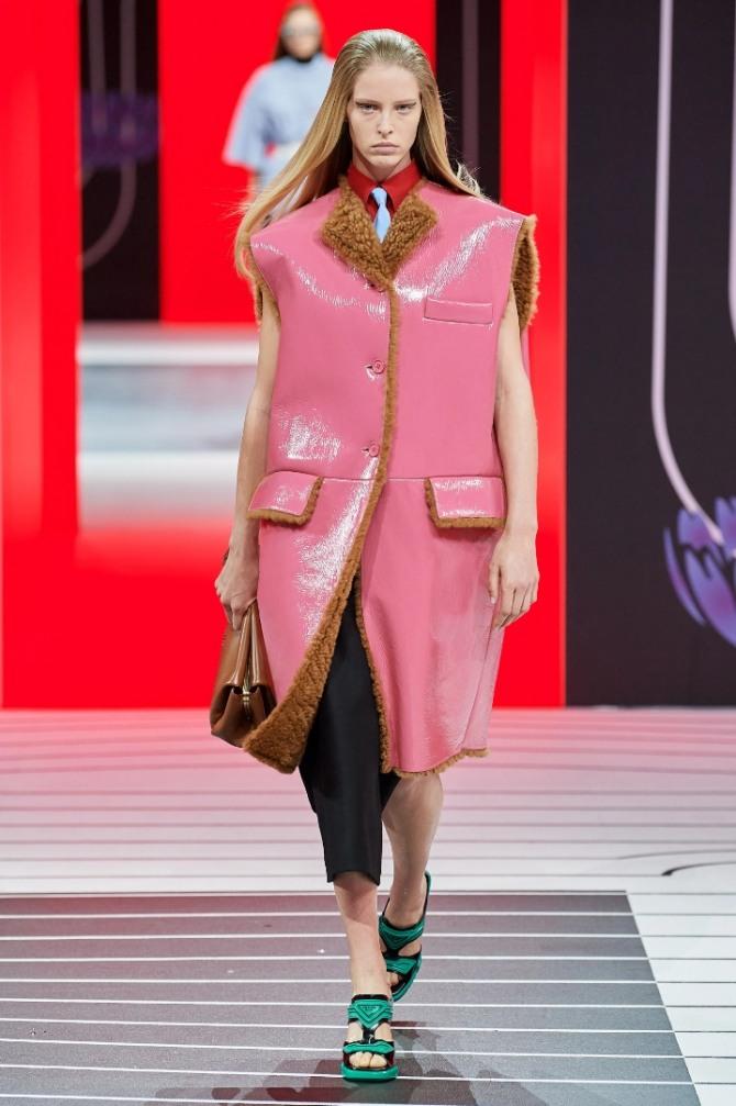 модель модной дубленки 2021 года - фасон без рукавов с небольшим отложным воротником-лацканом с удлиненной талией и клапанами по линии горизонтального шва
