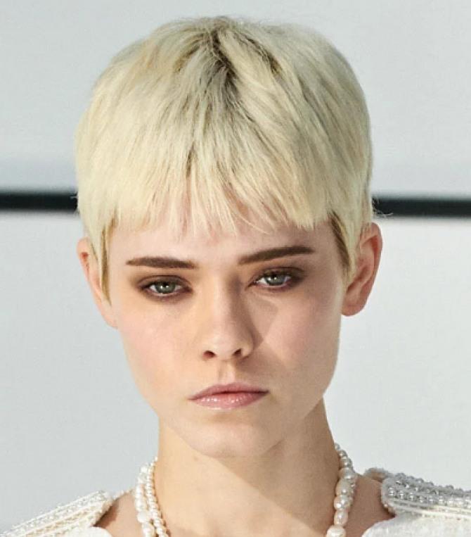 фото осенних стрижек для коротких волос 2020 года - модель имеет прямую челку-шапочку выше бровей