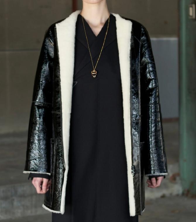 черная блестящая женская дублена 2021 года пул-ап с кожаным покрытием без воротника