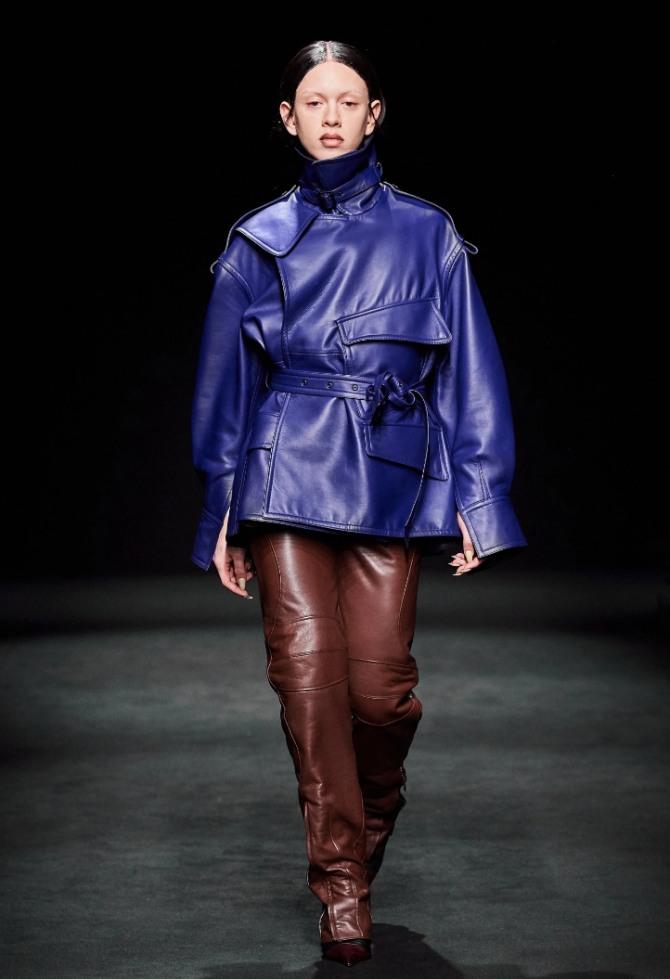 кожаная куртка интересного фасона в сине-фиолетовой цветовой гамме - тренды курточной женской моды осень-зима 2020-2021