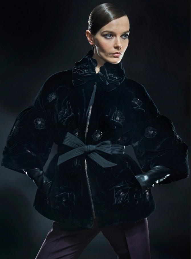 роскошная женская куртка из бархата темно-изумрудного цвета с поясом от модного дома J. Mendel - коллекция осень-зима 2020-2021