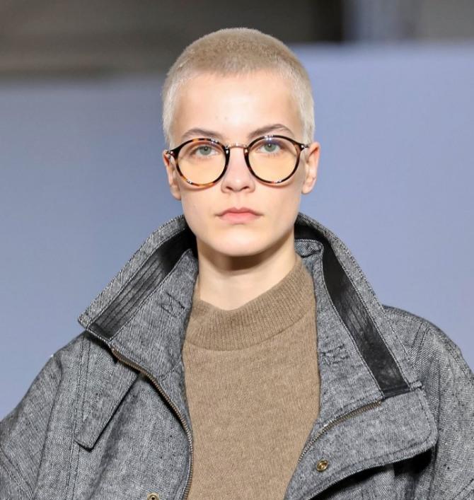 фото очень короткой стрижки на белых волосах, образ дополнен большими очками круглой формы