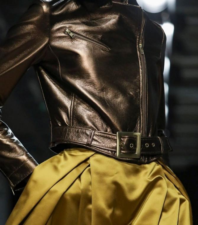 косуха с поясом на талии из золотой металлизированной ткани