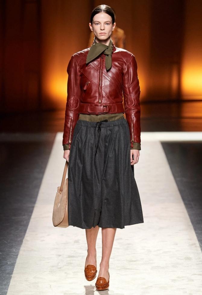 женская осенняя модная кожаная укороченная куртка от бренда Tod's осень-зима 2020-2021