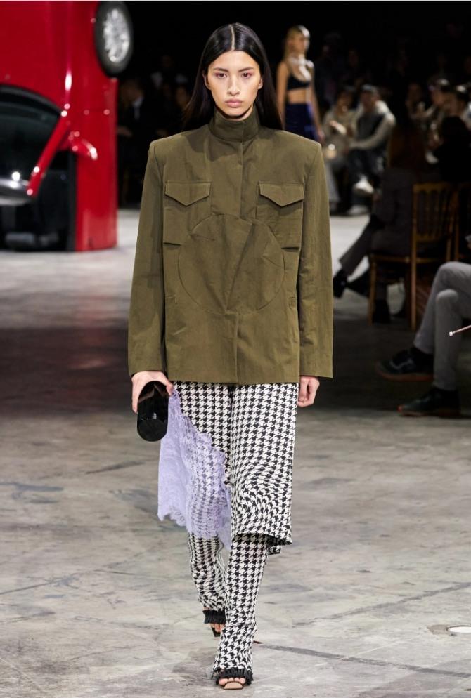 женская замшевая легкая куртка цвета хаки в стиле китайского френча Мао из коллекции бренда Off-White на сезон осень зима 2020 2021