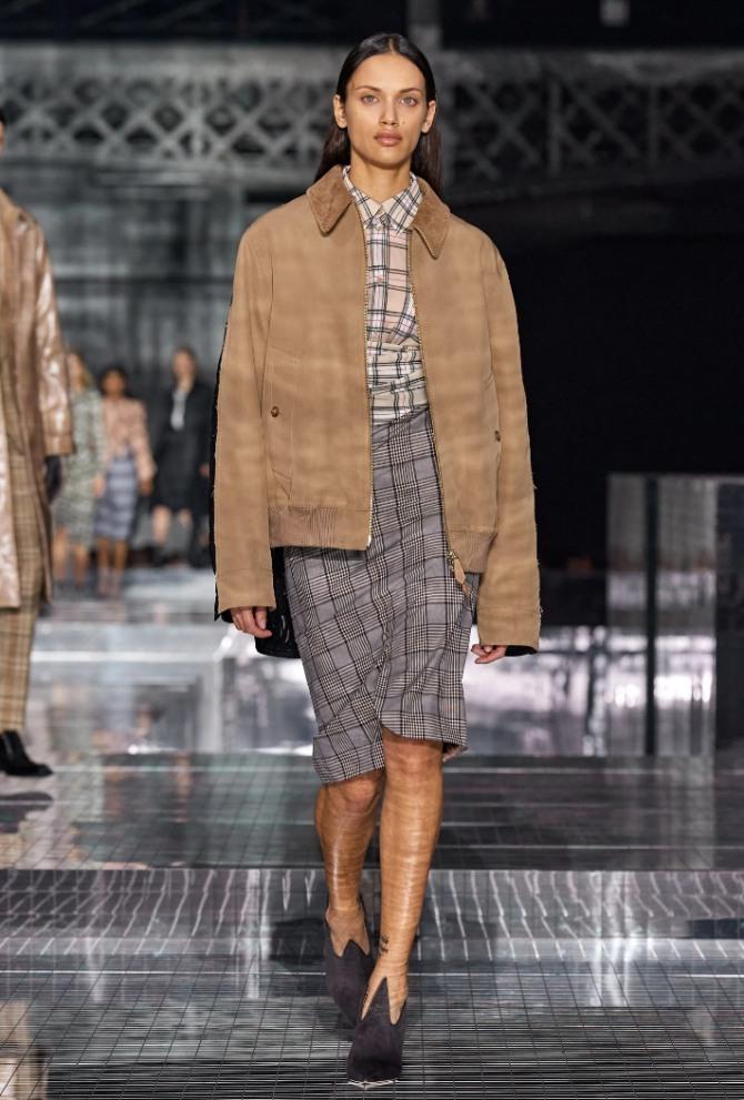 стильная женская куртка цвета кофе с молоком из замши от стилистов модного дома Burberry - фото новинок с модных показов на 2021 год