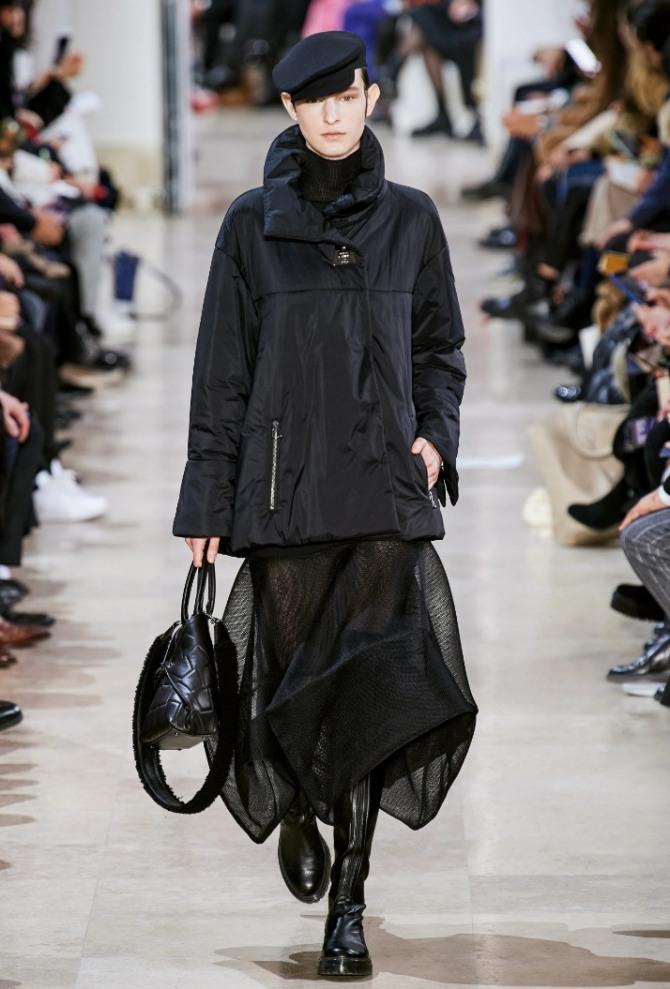 модный демисезонные уличный образ 2021 года в стиле тотал-блэк - женская куртка из нейлона, прозрачная юбка, грубые сапоги и шерстяная кепка