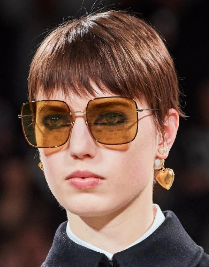 короткие стрижки девушек-моделей на модных показах осень-зима 2020-2021 - модная рваная челка, фото