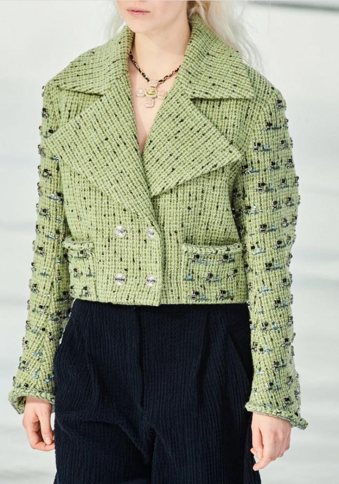куртка-жакет нежно-салатового цвета от модного дома Chanel с двубортной застежкой и небольшими карманами - тренды 2021 года