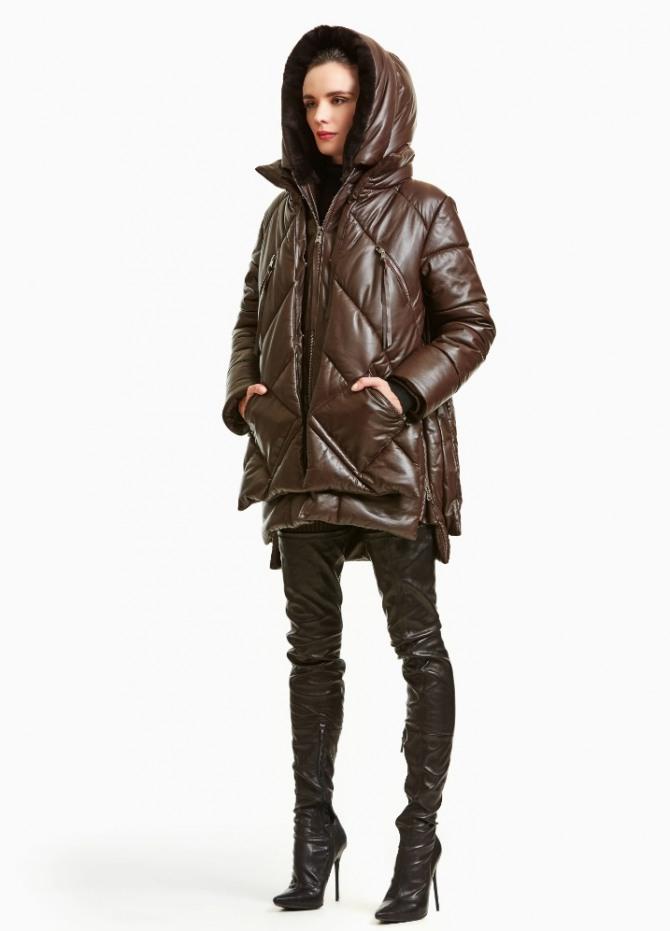 какие куртки-парки для девушек модные в 2021 году - коричневая стеганая мягкая нейлоновая модель с капюшоном с ансамбле с кожаными сапогами-чулками - фото с подиума, дизайнерский дом Dennis Basso