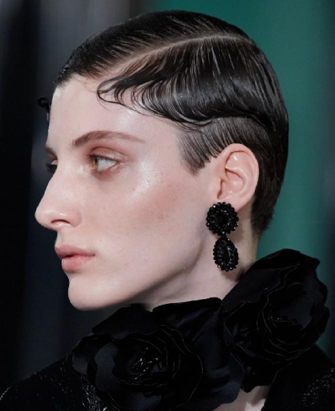 женская стрижка асимметрия на коротких волосах с боковым пробором на черных волосах - тренды осень-зима 2020-2021