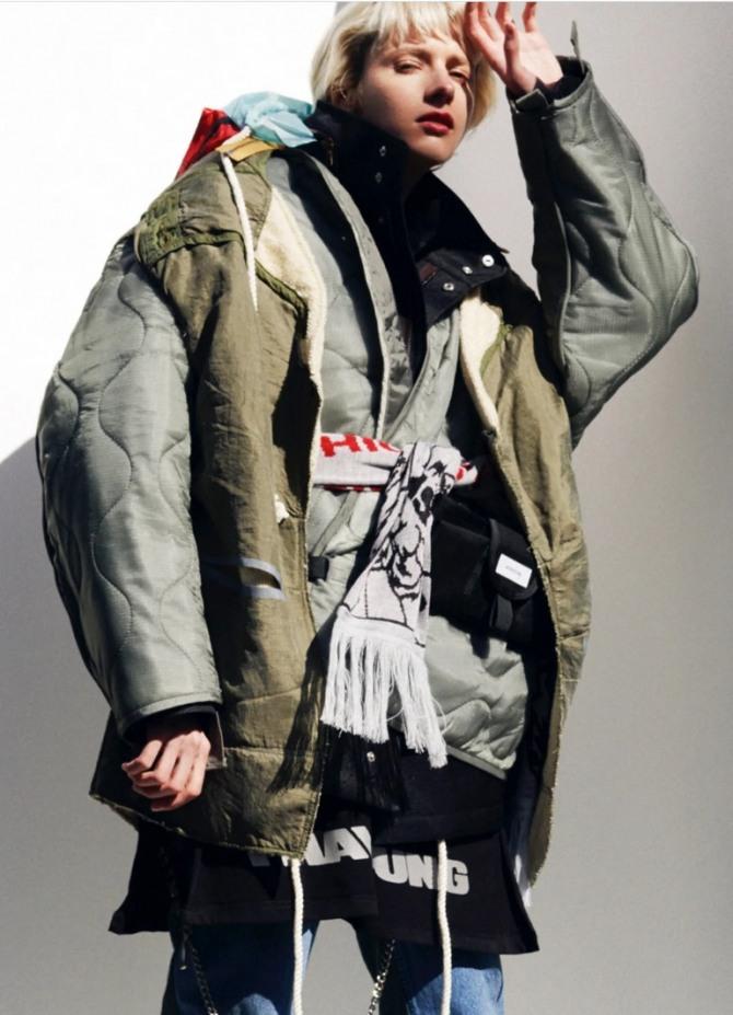 какие молодежные парки для девушек модные в 2021 году - фото куртки-парки цвета хаки с токийского показа Bodysong