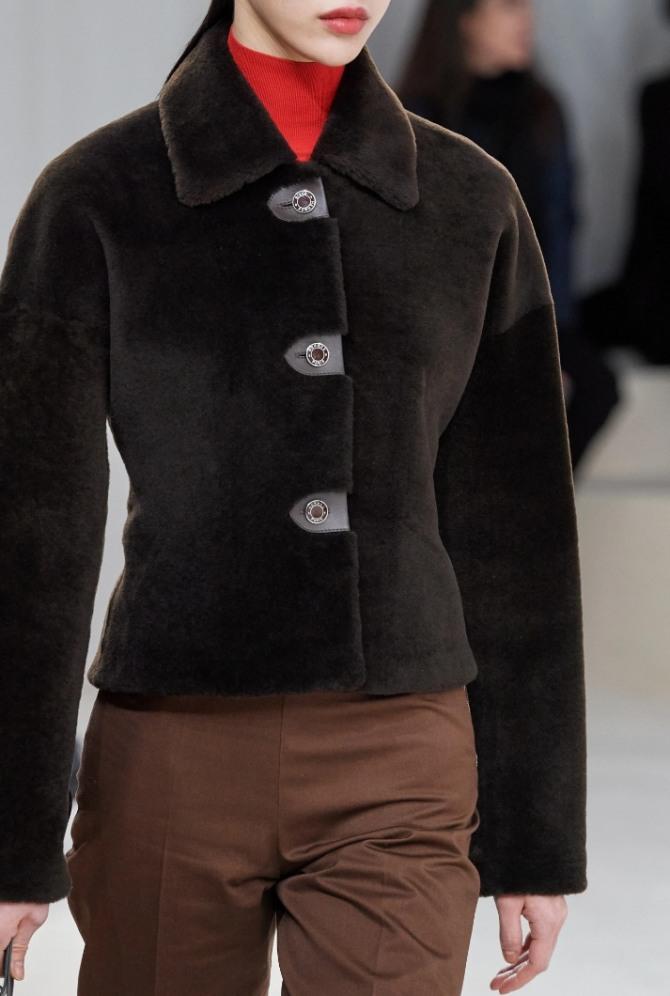 модная приталенная женская куртка из темно-коричневого плюша - тренды в женской уличной одежде на 2021 год