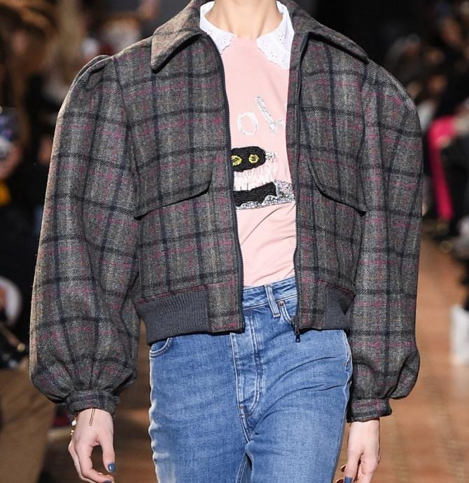 тканевая шерстяная модная клетчатая женская куртка с широкими плечами в стиле бомбер - фото с модного показа Paul & Joe на сезон осень-зима 2020-2021