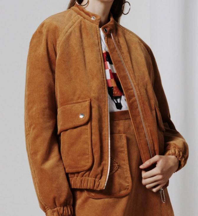 куртка рыжего цвета со стоячим воротником и большими накладными карманами, стильная женская куртка-бомбер из вельвета с рукавами реглан - фото из дизайнерской коллекции Markus Lupfer на 2021 год