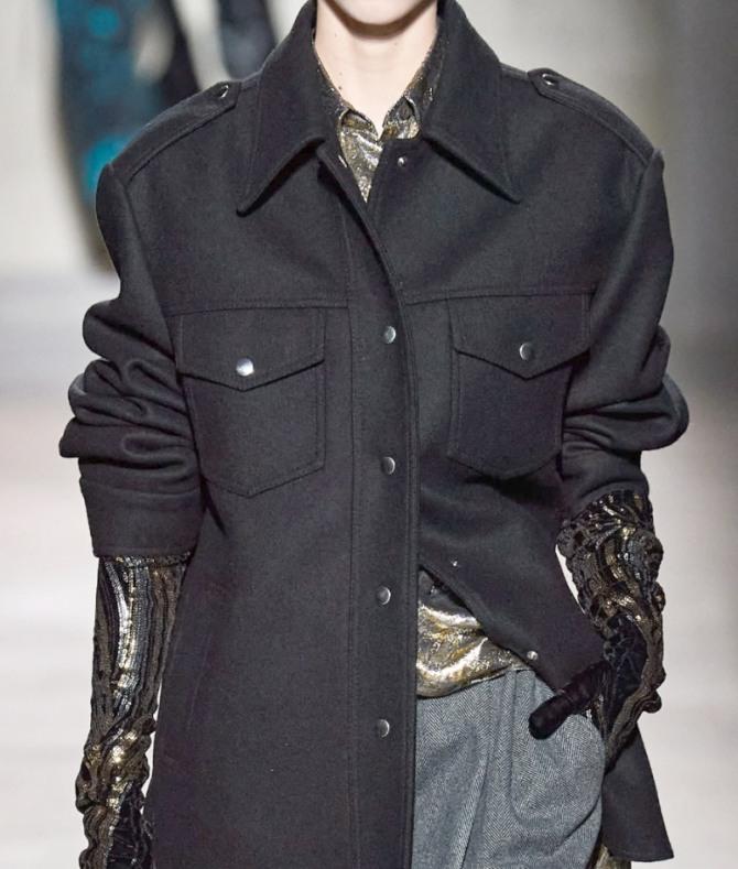 стиль высокой моды 2021 на осень - женская куртка-рубашка в военном стиле из черного сукна - фото с модного показа Dries Van Noten