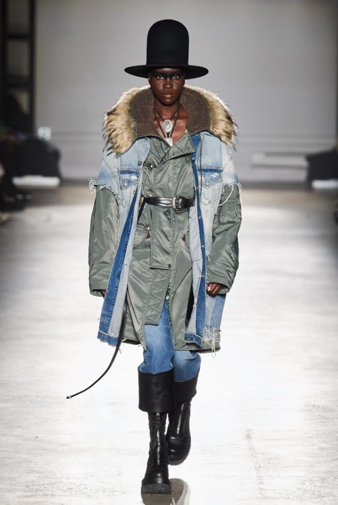 модная двойная женская парка в стиле гранж от бренда R13 на 2021 год - сочетание тканей разных фактур - нейлон и джинсовая ткань, модель имеет меховой воротник