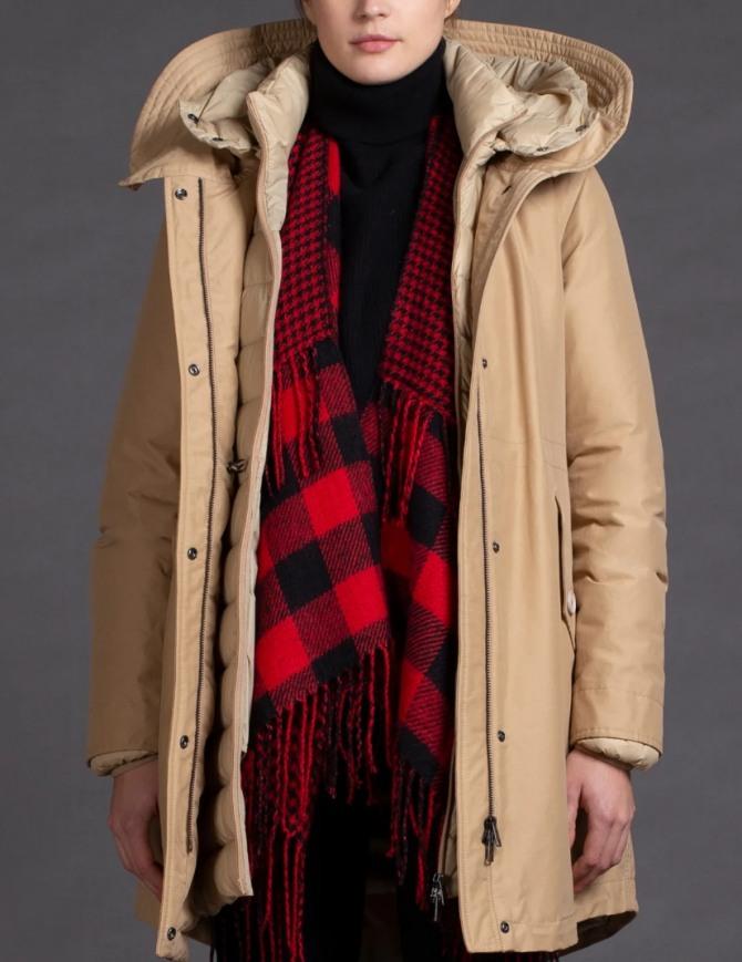 фото модных курток 2021 для девушек: парка бежевого цвета с капюшоном без кулиски - тренды курточной моды от бренда Woolrich