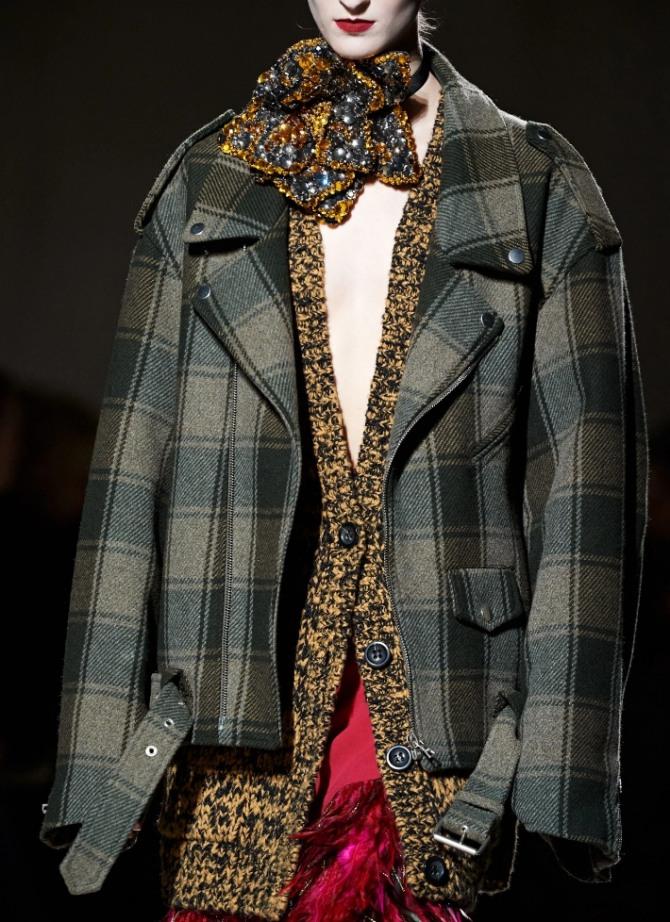 уютная женская теплая куртка из клетчатой шерстяной ткани - модный лук с показов Dries Van Noten осень-зима 2020-2021