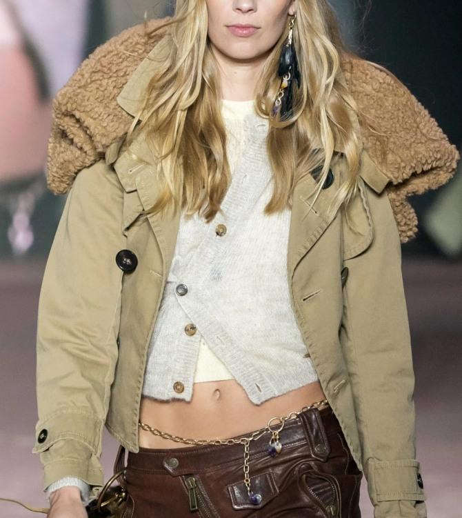 какие куртки модные в 20201 году для девушек - укороченная бежевая модель из плотной плащевки с большим плюшевым капюшоном - фото с подиума итальянский бренд Dsquared2